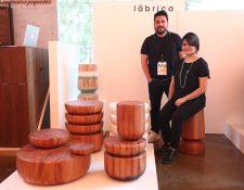 Ricardo y Lorena Velásquez cofundadores de Lábrica, muestran su colección basada en artesanías y cultura guatemaltecas como mesas simulando las piezas de barro de Chinautla y o un capirucho. (Foto, Prensa Libre: Carlos Hernández).