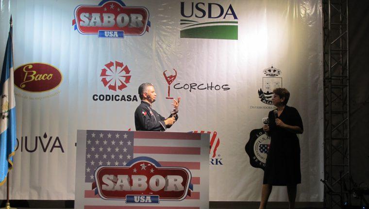 El chef Pablo Lou fue el encargado de explicar las diferentes combinaciones de carne y vinos americanos en actividad Sabor USA que se llevó a cabo en la casa del Embajador de Estados Unidos en Guatemala. (Foto Prensa Libre: Natiana Gándara)