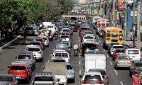 Cuatro horas de bloqueo, autoridades retiraron los buses que tenían bloqueado el paso en la calzada Roosevelt, en ambos sentidos. Los conductores se quejan de las multas de entre Q3 mil y Q10 mil que les impone la Superintendencia de Transporte Público.  Fotografía. Erick Avila:                     26/02/2019
