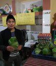 El emprendedor decidió elaborar platos de hojas de maxán para reducir el consumo de productos desechables. (Foto Prensa Libre: María Longo)