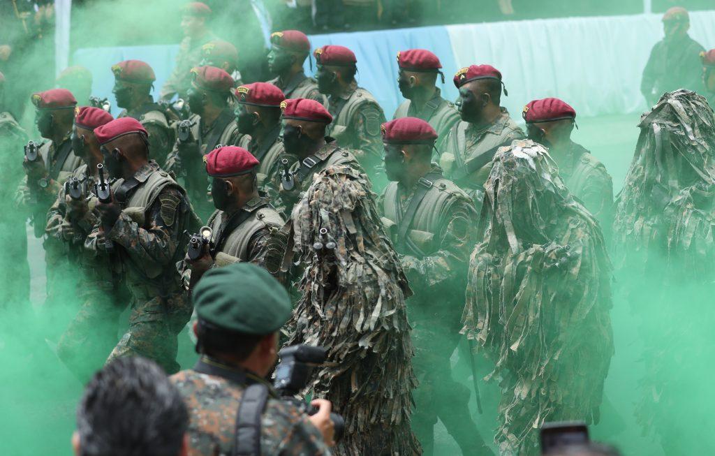 Durante la celebración las fuerzas Kaibiles lanzaron humo verde a su paso. Foto Prensa Libre: Esbin García
