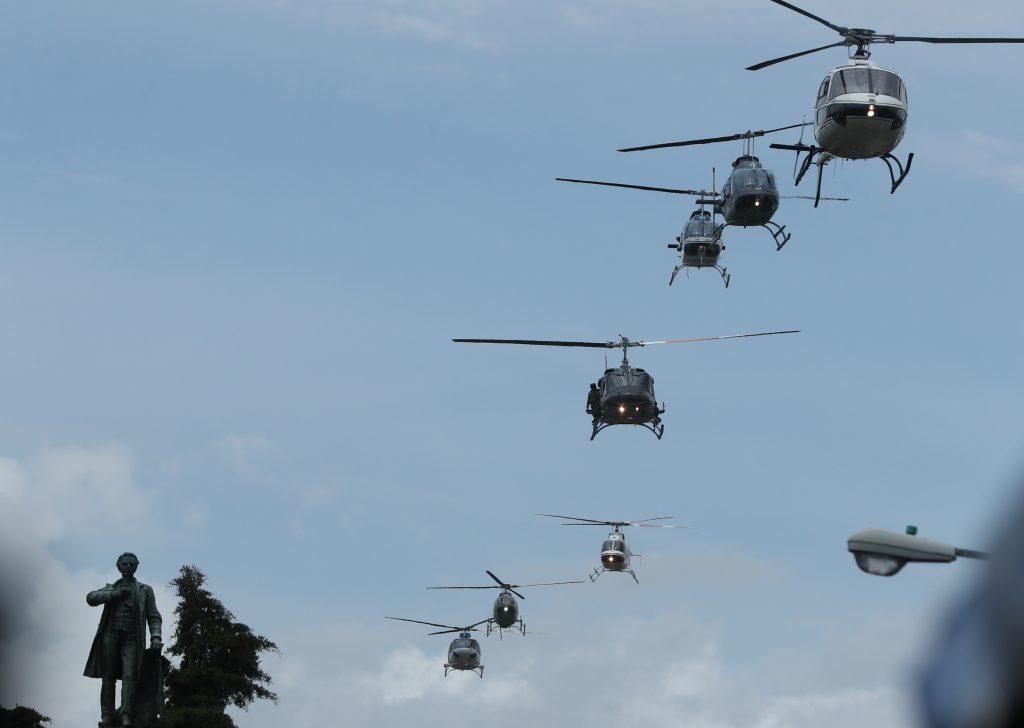 Varios helicopteros sobrevolaron el lugar donde se llevaba a cabo la celebración. Foto Prensa Libre: Esbin García