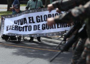 Varias personas salieron a apoyar al Ejército. Foto Prensa Libre: Esbin García