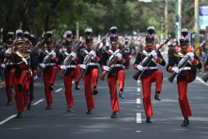 Cadetes de la Escuela Politécnica encabezaron el desfile. Foto Prensa Libre. Esbin García