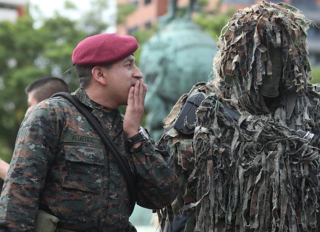 En la avenida Las Américas hubo una demostración de los trajes que utilizan las fuerzas de seguridad. Foto Prensa Libre: Esbin García