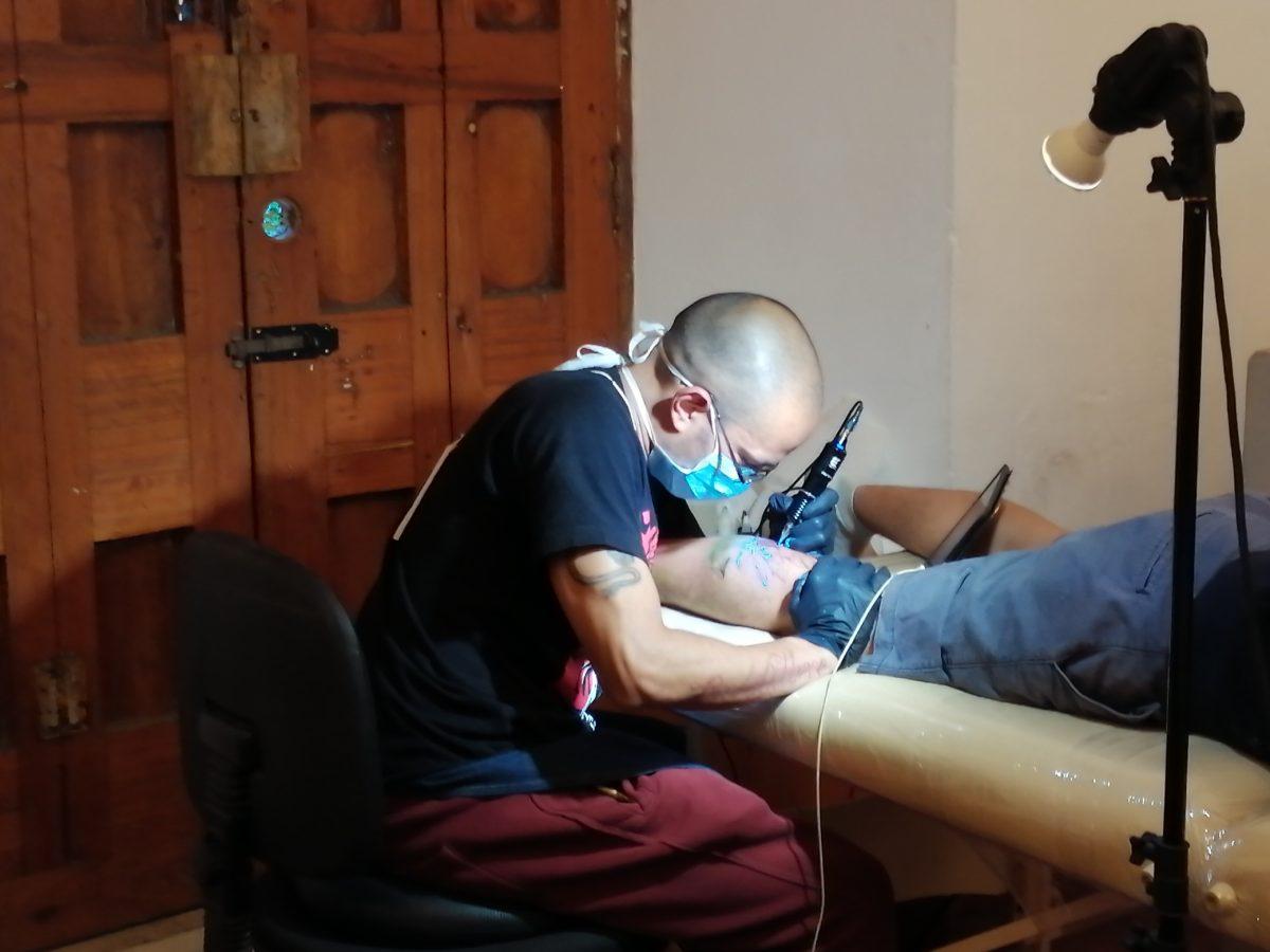 Explotattoo pretende cambiar los estigmas de los tatuajes y las perforaciones