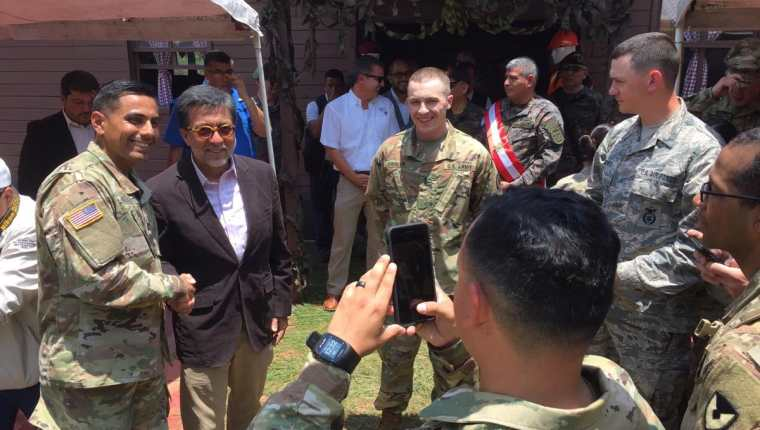 El embajador de EE. UU. en Guatemala, Luis Arriaga (de saco), junto con militares estadounidenses en Huehuetenango, durante la inauguración de un programa de ayuda. (Foto Prensa Libre: @usembassyguate)