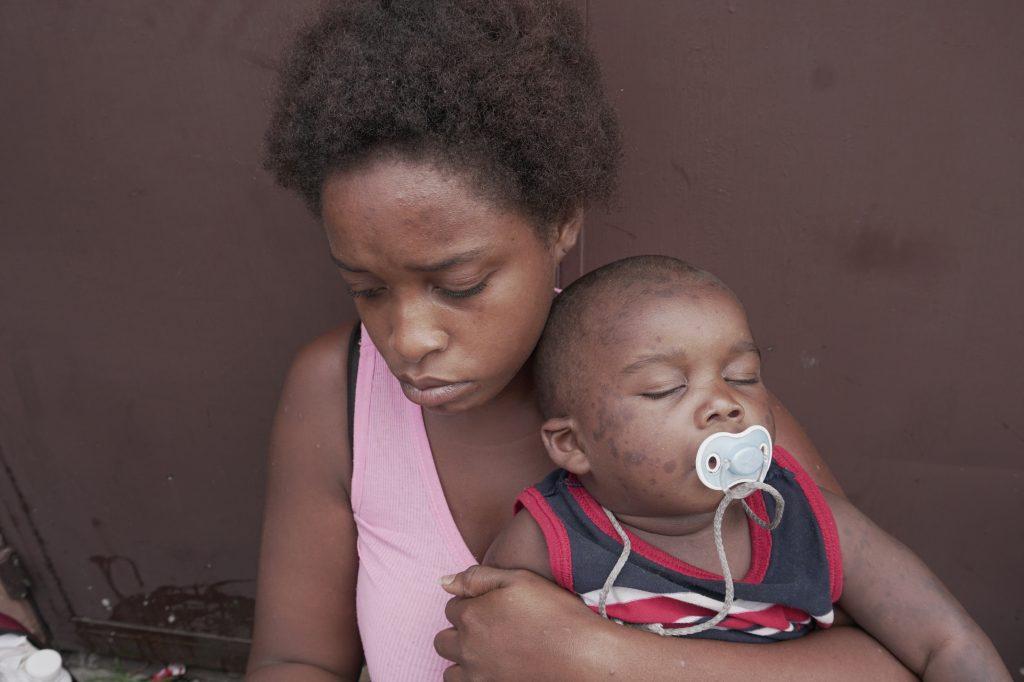 Entre los migrantes se encuentran mujeres, hombres y niños, también personas de la tercera edad. Foto Prensa Libre: Luisa Laguardia