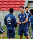 El entrenador de la selección de futbol de Argentina, Lionel Scaloni participa en un entrenamiento en el estadio Beira Río de la ciudad de Porto Alegre (Brasil). (Foto Prensa Libre: EFE).