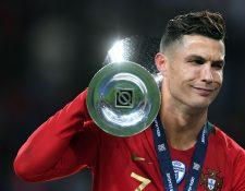 Así presumió Cristiano Ronaldo el trofeo conquistado con Portugal. (Foto Prensa Libre: AFP)
