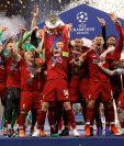 Los jugadores del Liverpool levantan la Copa de Europa tras vencer en la final al Tottenham por 2-0 disputada esta noche en el estadio Wanda Metropolitano, en Madrid. (Foto Prensa Libre: EFE)