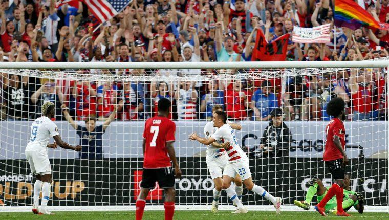 Aaron Long (23), marca el 1-0 provisional de Estados Unidos contra Trinidad y Tobago. (Foto Prensa Libre: AFP).