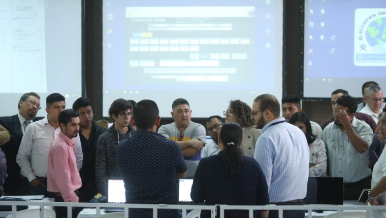 Fiscales informáticos de los partidos políticos se reúnen para analizar interponer una denuncia penal por los errores en las actas electorales. (Foto Prensa Libre: Esbin García)