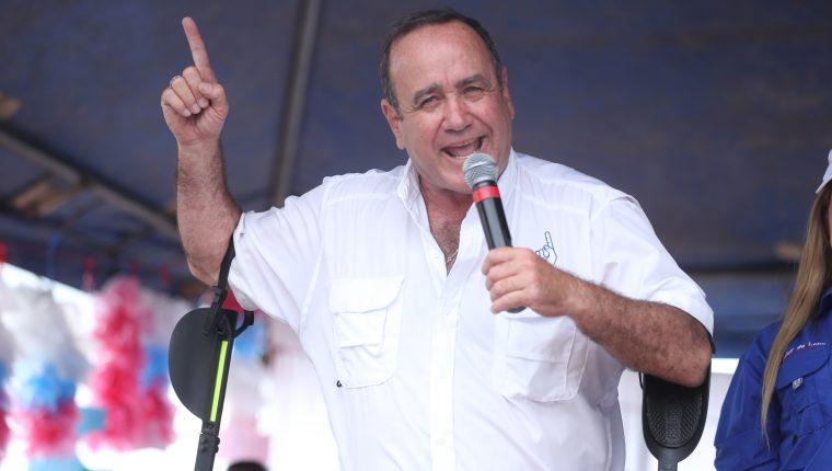 Durante su discurso el presidenciable de Vamos, Alejandro Giammattei, afirmó que cerrará la SAAS (Foto Prensa Libre: Esbin García)