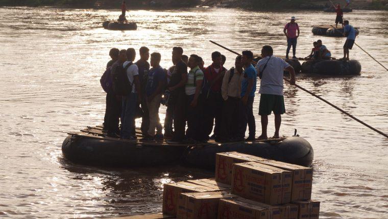 MEX5131. RÍO SUCHIATE (MÉXICO), 17/06/2019.- Migrantes cruzan el río Suchiate desde Guatemala este lunes, en el estado de Chiapas (México). EFE/ Carlos López