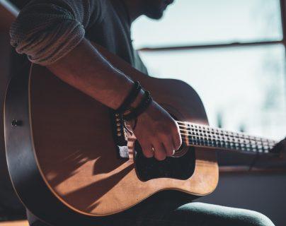 Saber qué género desea interpretar será de gran ayuda al momento de elegir una guitarra. (Foto Prensa Libre: Servicios)