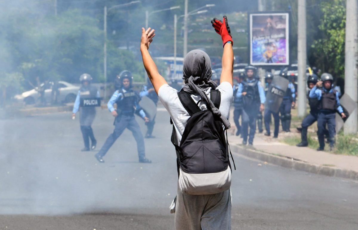 """""""Flagrante violación a autonomía"""": militares hondureños abren fuego contra estudiantes universitarios"""