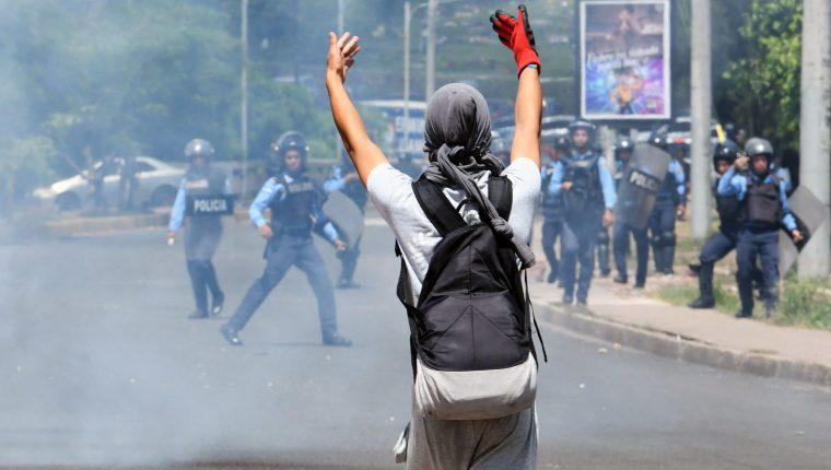 Estudiantes universitarios se enfrentan con la Policía en Tegucigalpa. (Foto Prensa Libre: AFP)