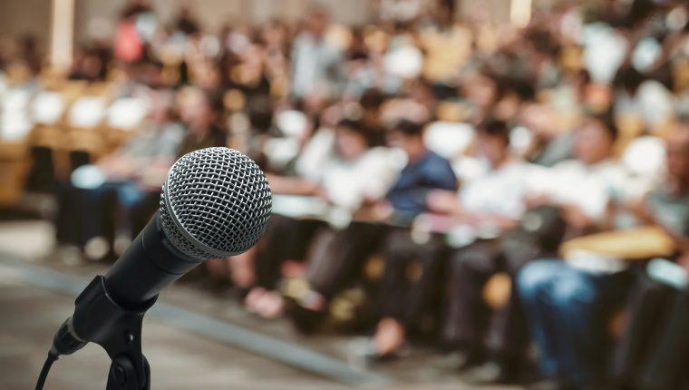 Manejar los nervios, preparar y ensayar el discurso es lo que debe hacer para que su experiencia sea un éxito. (Foto Prensa Libre: Servicios)