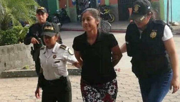 Hebelí Magalí Sandoval Escobar, procesada por trata de personas, es trasladada por agentes de la PNC al Juzgado de Instancia Penal de Coatepeeque, Quetzaltenango. (Foto Prensa Libre: Cortesía)