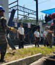 Las fuerzas de seguridad resguardan la subestación del INDE en Coatepeque, Quetzaltenango. (Foto Prensa Libre: Alexánder Coyoy)