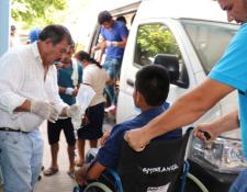 Los afectados por la intoxicación en la finca de Quezaltepeque son trasladados hacia el Hospital de Chiquimula. (Foto Prensa Libre: Mario Morales).
