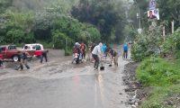 En Sololá un grupo de personas retira lodo y piedras que obstaculizaron la vía. (Foto Prensa Libre: Cortesía)