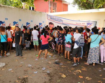 Entrega de cupones de alimentos en Iztapa, Escuintla. (Foto Prensa Libre: Carlos Paredes).