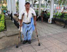 Juan Gómez se moviliza con apoyo de sus muletas, debido a un accidente que sufrió. (Foto Prensa Libre: Enrique Paredes).