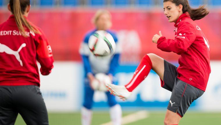 Florijana Ismaili (derecha)  de la Selección de Suiza, se encuentra desaparecida. (Foto Prensa Libre: AFP)