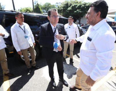 El presdiente Jimmy Morales llega al Ministerio de Ambiente para entregar la Orden Presidencial de Medio Ambiente. (Foto Prensa Libre: Esbin García)