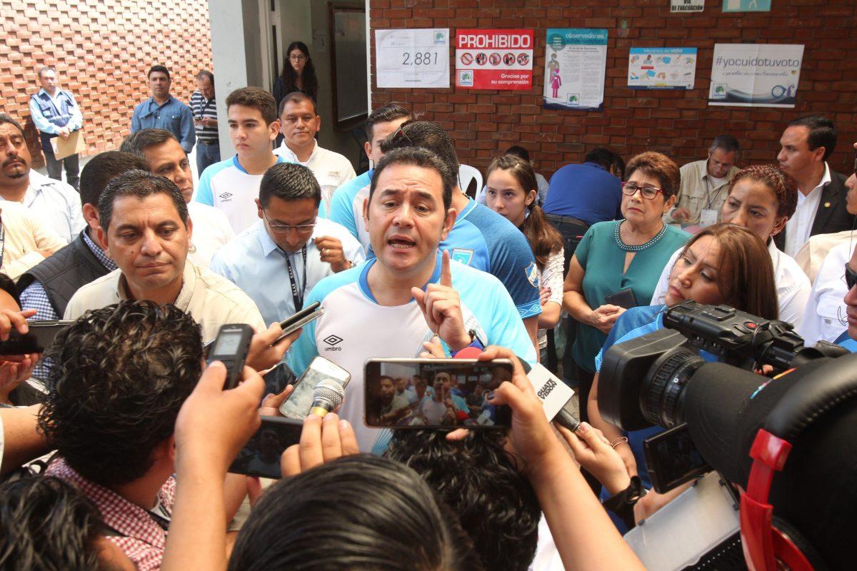 Ciudadano critica al presidente Jimmy Morales al salir del centro de votación