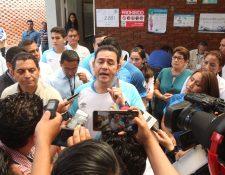 El presidente Jimmy Morales emitió el voto  en un colegio privado de la zona 7 de Mixco. (Foto Prensa Libre: Raúl Juárez)