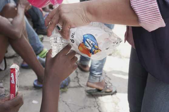 La PDH y la ONU se han encargado de la alimentación de los migrantes. Foto Prensa Libre: Luisa Laguardia