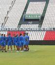 La Selección de Guatemala reconoció la cancha del mítico estadio Defensores del Chaco. (Foto Prensa Libre: Fedefut)