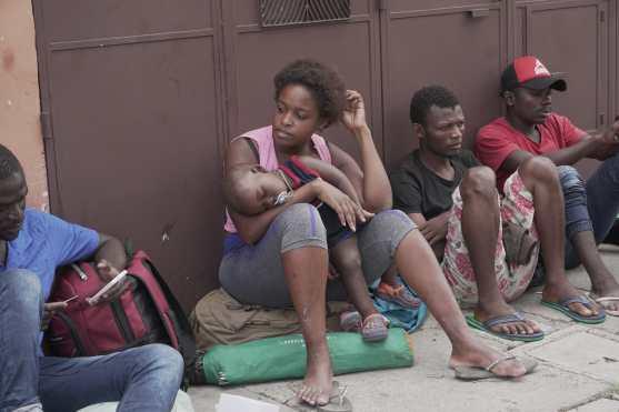 La preocupación de los migrantes es notoria en sus gestos. Foto Prensa Libre: Luisa Laguardia