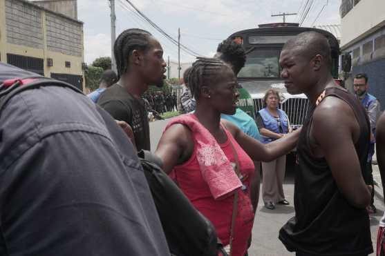 La tención causada por la preocupción entre los migrantes ha provocado varios enfrentamientos entre ellos. Foto Prensa Libre: Luisa Laguardia