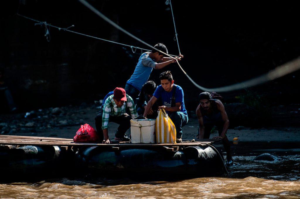 El paso en la balsa tiene un costo que oscila entre los Q10 y los Q20 si se lleva mercadería. Foto Prensa Libre: AFP