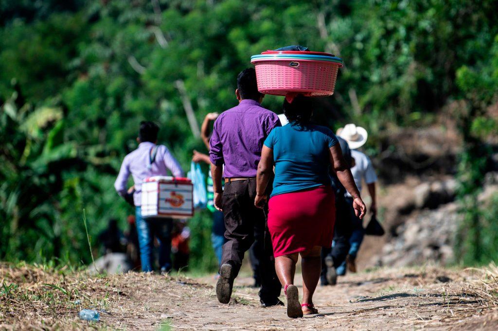 La gente camina después de haber cruzado ilegalmente el río Suchiate desde El Carmen en Guatemala hasta Talisman en el estado de Chiapas, México. Foto Prensa Libre: AFP
