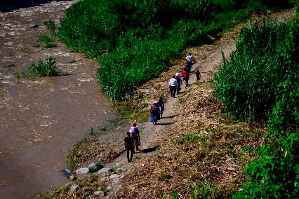 Varios senderos son utilizados por los migrantes para continuar su camino hacia Estados Unidos. Foto Prensa Libre: AFP