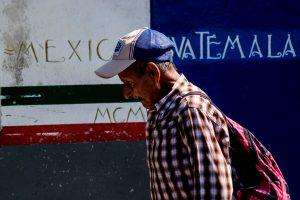 Un hombre cruza desde El Carmen en Guatemala a Talisman, Chiapas en el puente Talisman en el estado de Chiapas, México. Foto Prensa Libre: AFP