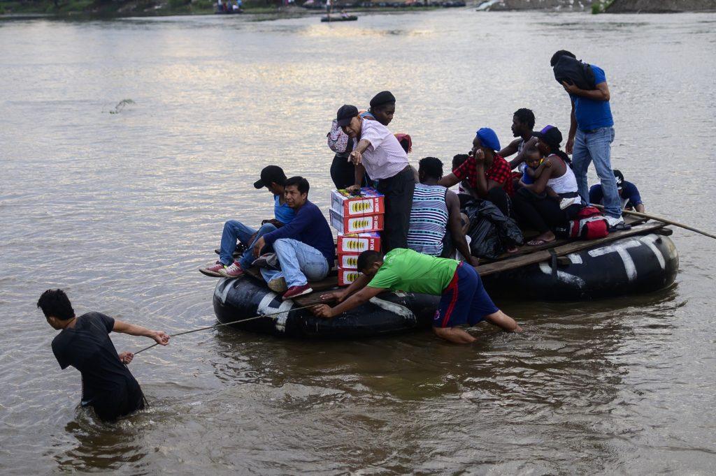 El drama de los migrantes es el diario vivir de las personas que viven en las orillas del río Suchiate y que todos los días ven caras nuevas. Foto Prensa Libre: AFP