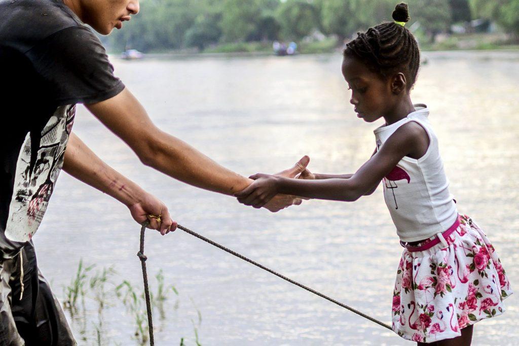 Se ayuda a una niña a bajar de una balsa improvisada después de cruzar ilegalmente el río Suchiate. Foto Prensa Libre: AFP