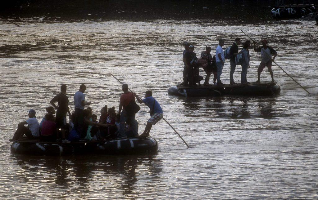 Los inmigrantes y lugareños usan una balsa improvisada para cruzar ilegalmente el río Suchiate, desde Tecun Uman, en Guatemala hasta Ciudad Hidalgo, estado de Chiapas, México. Foto Prensa Libre: AFP
