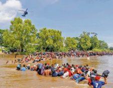 El 1 de marzo último migrantes hondureños cruzaron a pie el río Suchiate desde Guatemala  para atravesar México. (Foto Prensa Libre: Hemeroteca PL)