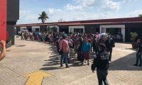 MEX6007. TABASCO (MÉXICO), 28/06/2019.- Fotografía cedida por el Instituto Nacional de Migración este viernes que muestra a migrantes centroamericanos detenidos, en Tabasco (México). Las autoridades mexicanas detuvieron a 147 migrantes centroamericanos en un operativo realizado en el sureño estado de Tabasco, informó este viernes la Secretaría de Seguridad y Protección Ciudadana. Tras recibir una denuncia, elementos de la Policía Federal en coordinación con el Instituto Nacional de Migración (Inami) interceptaron a 72 adultos y 75 menores en un hotel de paso en la ciudad de Villahermosa. EFE/INAMI/SOLO USO EDITORIAL