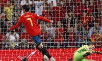 GRAF6452. MADRID, 10/06/2019.- El delantero de la selección española, Álvaro Morata (i), tras marcar de penalti el segundo gol del combinado español, durante el encuentro correspondiente a la fase de clasificación para la Eurocopa 2020 que han disputado esta noche frente a la selección de Suecia en el estadio Santiago Bernabéu. EFE/Javier Lizón.