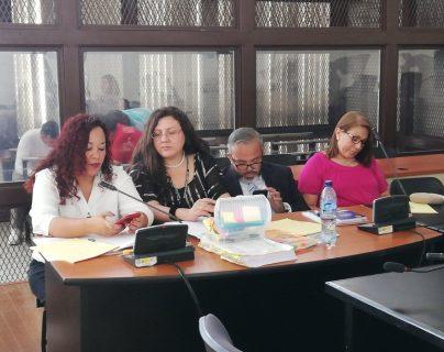 La exdirectora policial, Marlene Blanco Lapola -derecha- enfrenta juicio por asociación ilícita y ejecución extrajudicial. (Foto Prensa Libre: Kenneth Monzón)