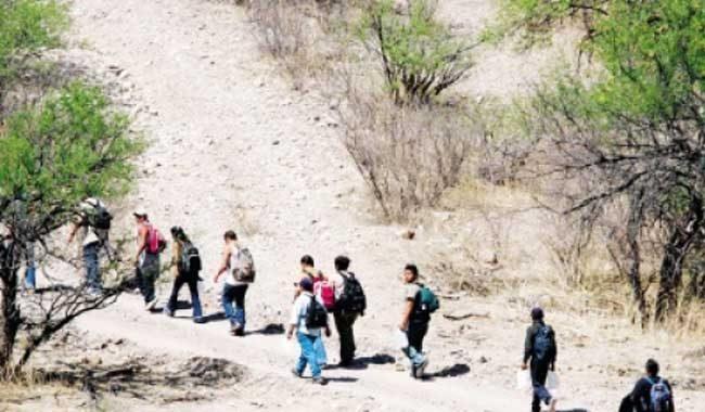 Migrantes caminan en el desierto para llegar a la frontera sur de Estados Unidos e ingresar a ese territorio. (Foto Prensa Libre: Hemeroteca PL)