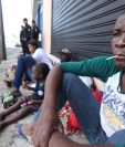 Frente al albergue del Instituto Nacional de Migración, en zona 5, inmigrantes haitianos descansan en la vía pública. (Foto Prensa Libre: Esbin García)